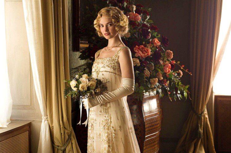 莉莉詹姆斯因在《唐頓莊園》飾演表小姐崛起。圖/杰德提供