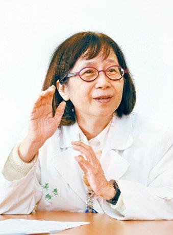 台大醫院小兒部教授張美惠設計大便卡,十多年來跑遍全台宣導。 記者邱德祥/攝影