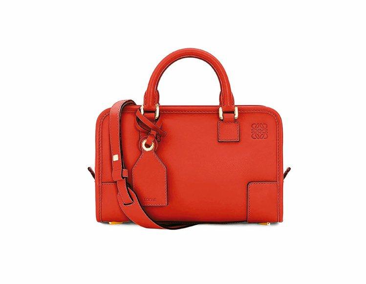 Amazona 23 正紅色手袋 NT,000。圖/LOEWE提供