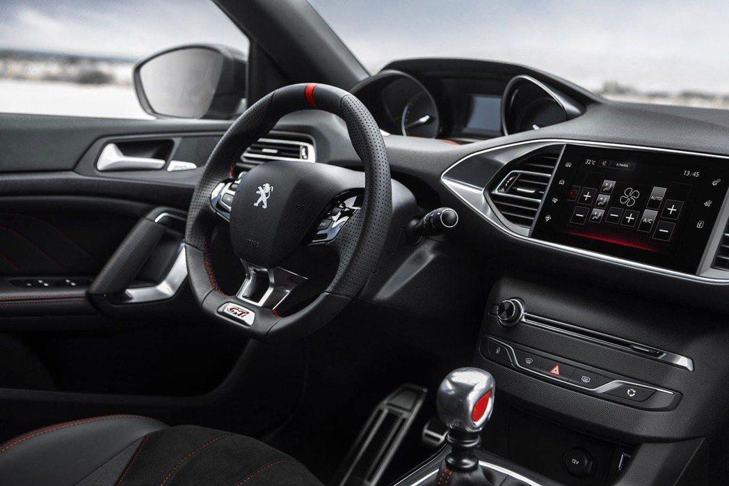 308 GTi內裝營造濃厚戰鬥感。