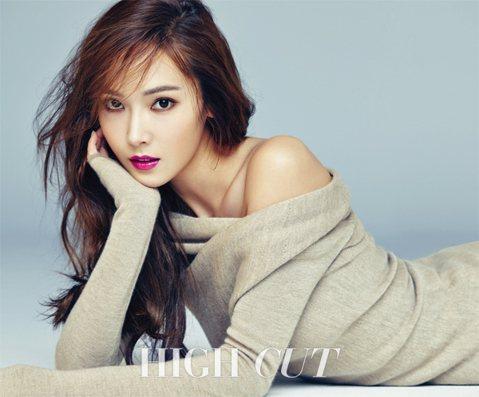 日前Jessica為雜誌《HIGH CUT》拍攝了一組美妝寫真,時而清純、時而美豔。Jessica這次帶來了裸色、粉色、紅色、粉紫色和酒紅色5種主題的妝容造型。寫真中,Jessica皮膚潤澤白皙,粉...
