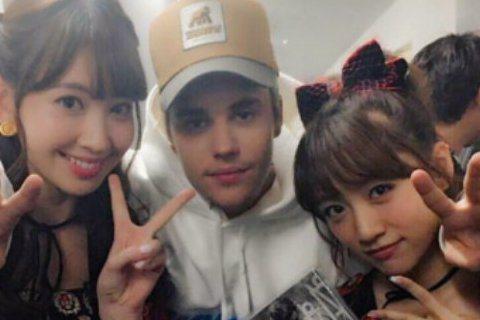 外國歌手Justin Bieber(小賈斯汀)4日在日本參加音樂節目《Music Station》現場直播,首次參加的小賈斯汀似乎頗欣賞日本女團AKB48的隊長高橋南,不但在節目中狂送飛吻,甚至高橋...