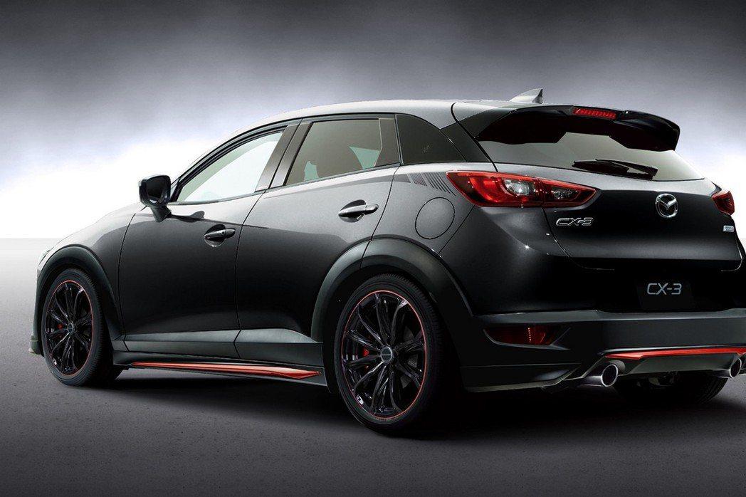 CX-3賽車概念版車尾部分導入全新造型尾翼及雙出尾管。 摘自Mazda.com