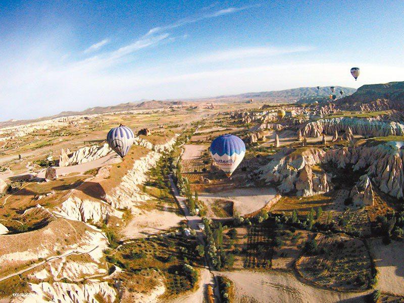 土耳其旅遊絕對少不了搭乘熱氣球體驗卡帕多奇亞的火山地形。圖/金展旅行社提供