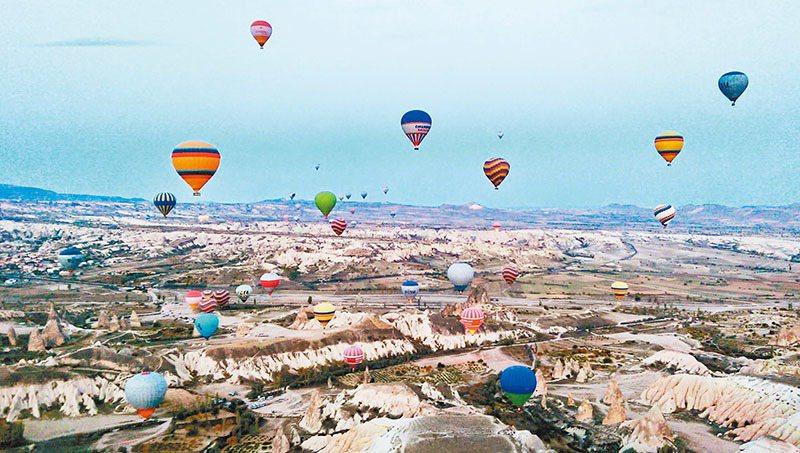 卡帕多奇亞當地熱氣球升天的盛況。圖/金展旅行社提供