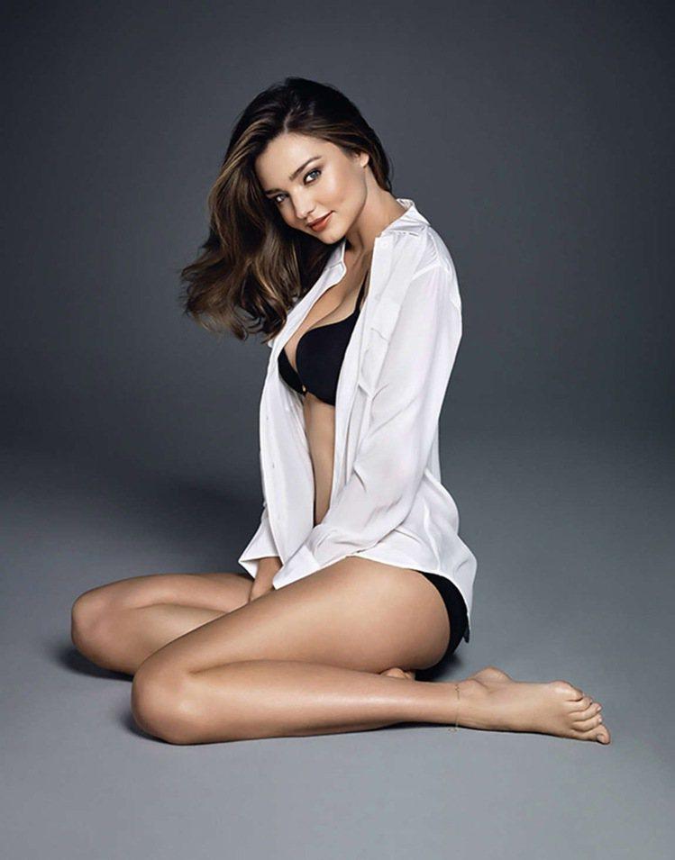 超模米蘭達柯爾為 Wonderbra 拍攝的最新廣告曝光,為新的一年帶來些許性感...