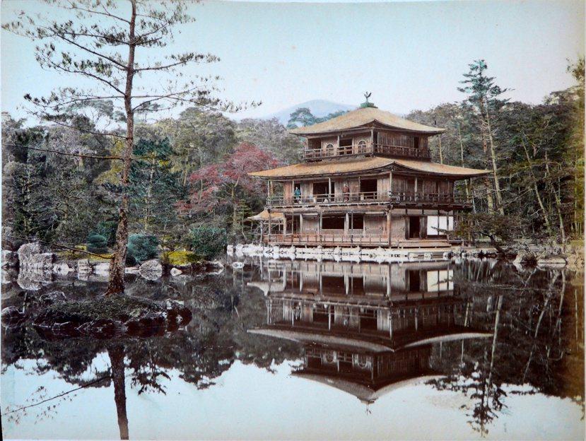 1886年前的金閣寺。由圖可看出,未重建前的金閣寺其金箔黑漆早已剝落不少,對比今...