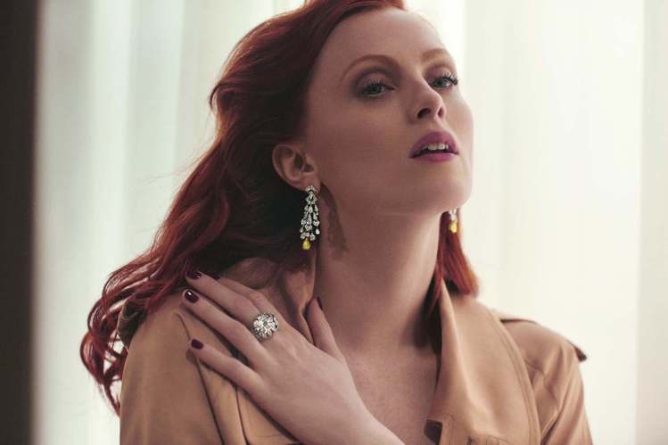 女星Karen Elson演繹卡地亞鑽石系列珠寶,水晶燈造型耳環分外搶眼。圖/卡...