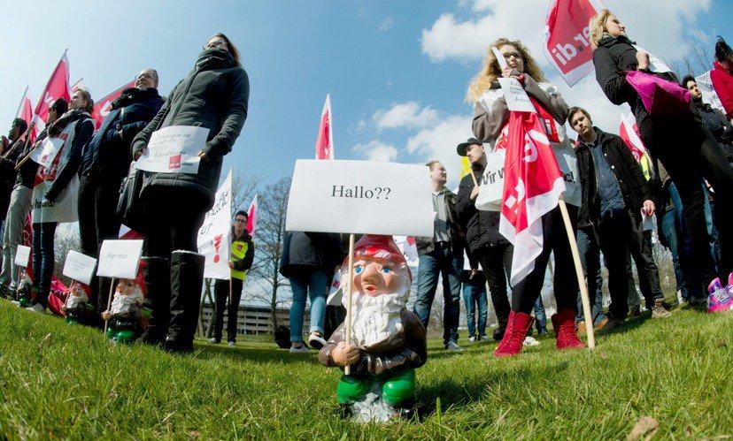 德國電信(Deutsche Telekom)勞資談判,員工與實習人員聚集抗議。