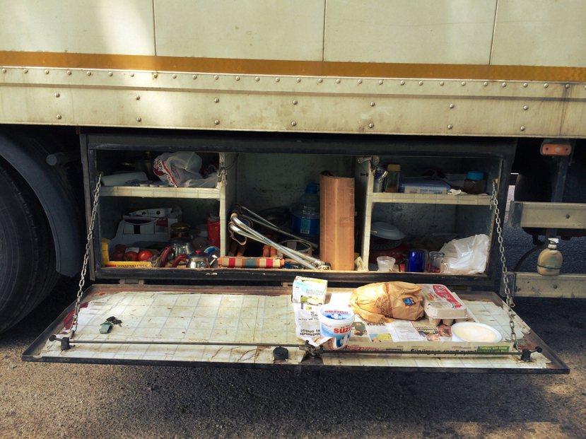 我們隨著Muhammet走到貨櫃車的右後側,然後看著他熟練地將貨櫃下一個小箱子打...