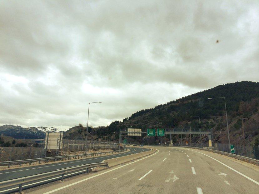 通往渡輪碼頭的A2公路:在地理空間中繞了遠路,卻在地緣政治的心理距離上抄了捷徑。...