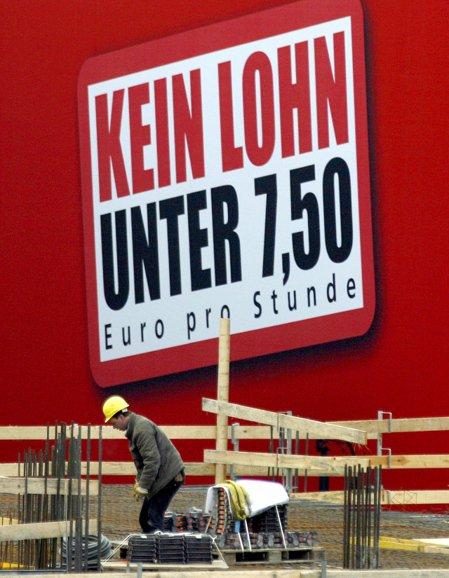 2007年時,看板上寫著「不得低於7.50歐元薪資」訴求,2015年基本工資上路...