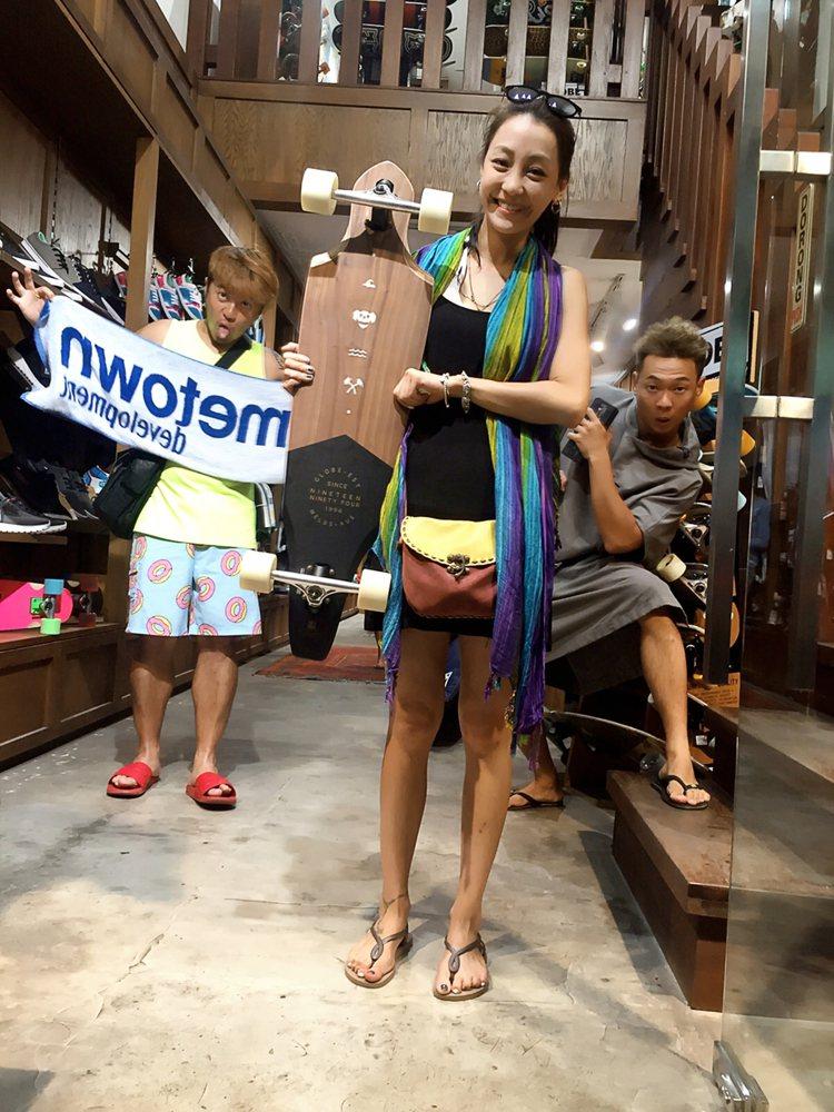 謝欣穎熱愛滑板運動,曾摔了一身傷,但到峇里島度假時,還是忍不住買下手工滑板。圖/...