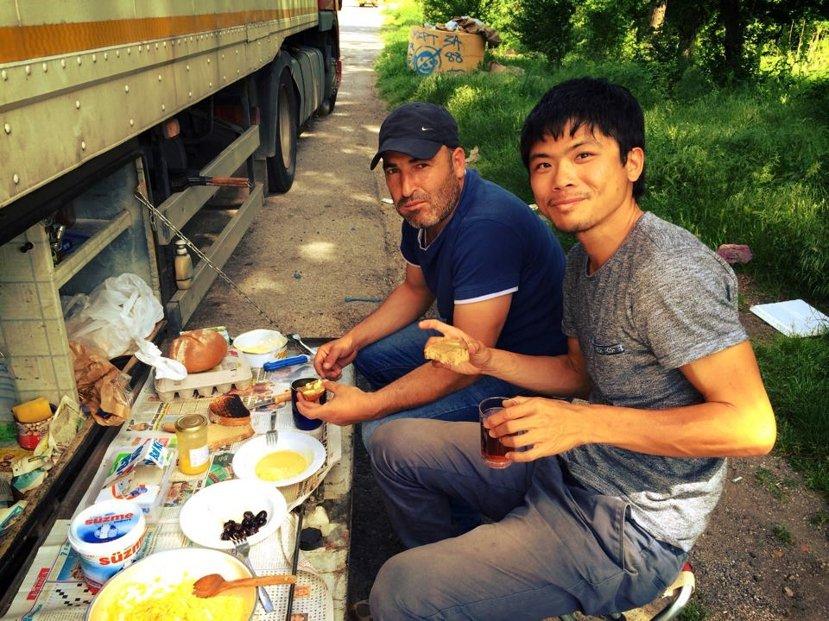 不用十分鐘,Muhammet為我們張羅了一桌道地的土耳其午茶。 圖/作者李易安提...