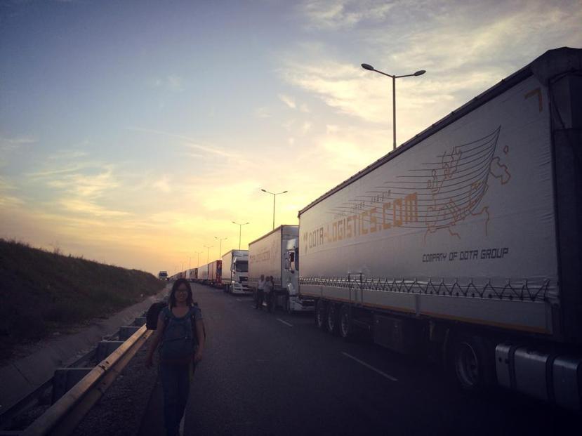 在「歐亞陸橋」上,我們沿著長長的車龍,跨越這個世界上最有飽足感的國界。 圖/作者...