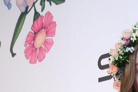 李毓芬5日出席品牌活動,首度親自回應與柯震東去年被拍到「醉後」到男方家過夜的緋聞,她最後的結論是「有談戀愛一定會跟大家說」,但矛盾的是,她坦言有與經紀公司簽「禁愛令」,目前以公司、工作為重,言下之意...