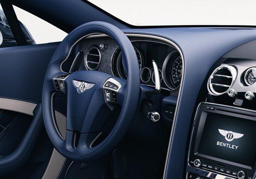 薄石飾板除了安裝於手套箱上緣之外,儀錶板周圍亦有採用。 摘自Bentley.com