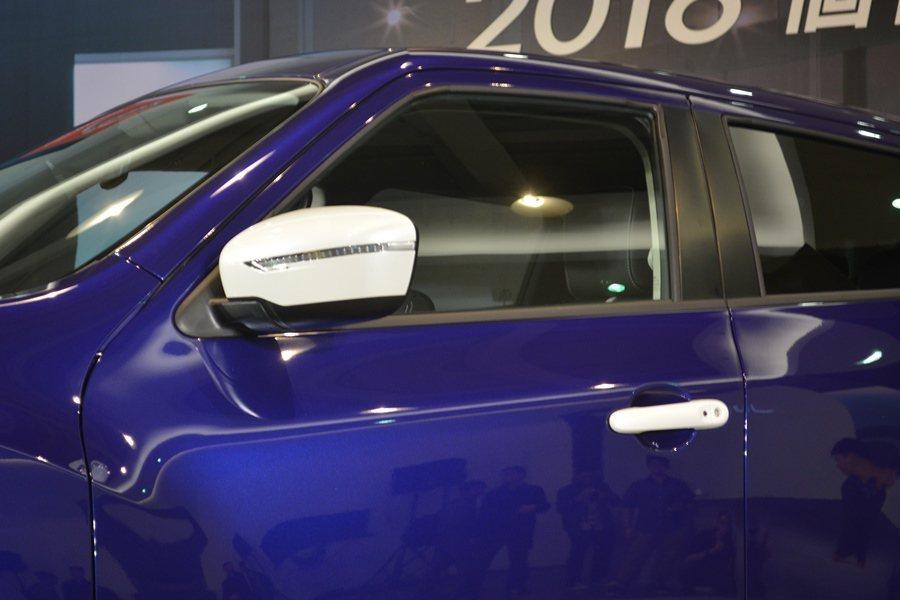 酷漩藍車色搭配白色外觀與內裝仕樣,包含照後鏡、車門手把、車頭燈飾蓋與前保險桿飾條...
