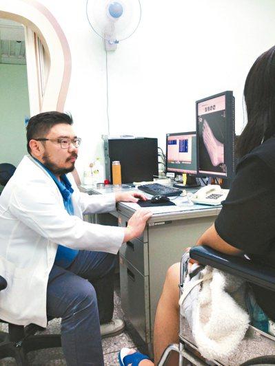 骨外科醫師蔣宏源指出,常使用手腕和大拇指的人,容易因使用過度得到「媽媽手」。 圖...