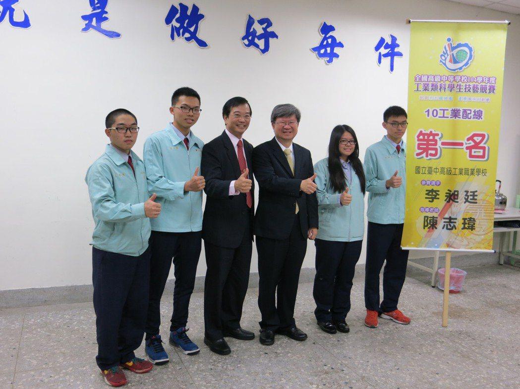 教育部長吳思華(右三)與台中高工的金手獎學生合影。記者陳智華/攝影