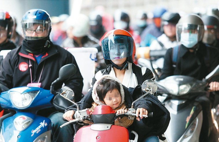 空汙威脅下,大批騎士通行台北橋。 記者邱德祥/攝影