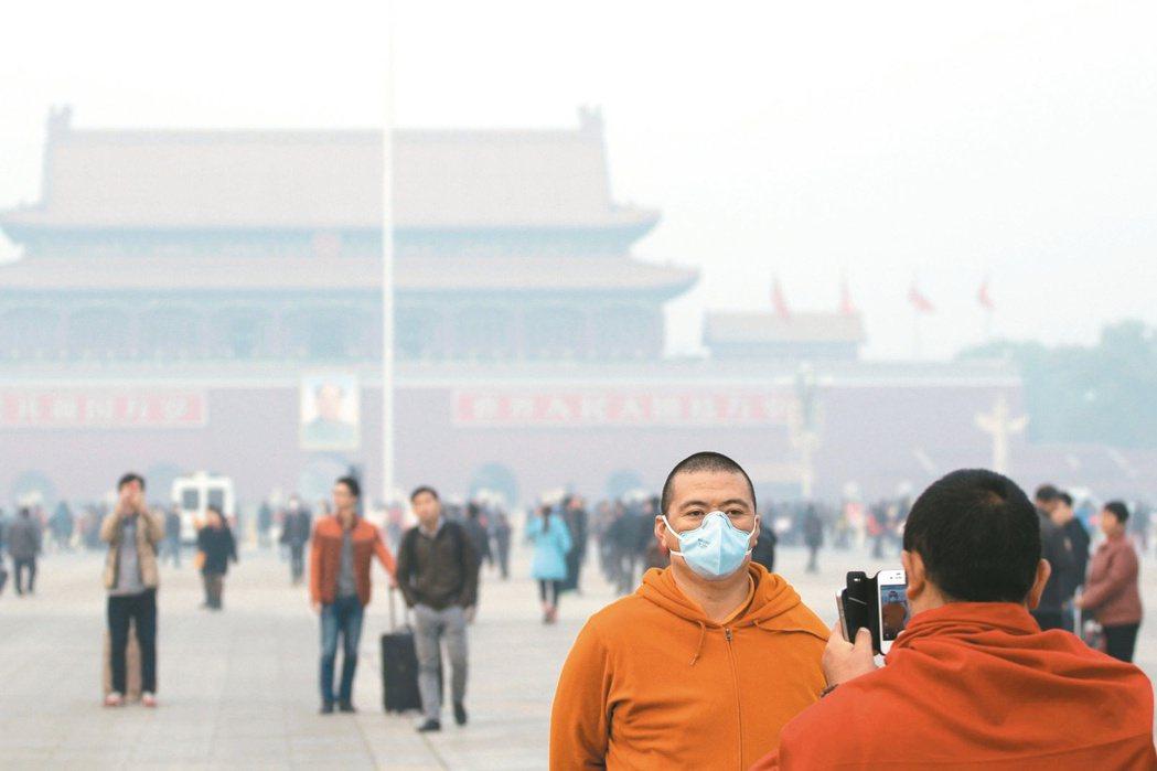 霧霾籠罩下的天安門廣場。 中新社
