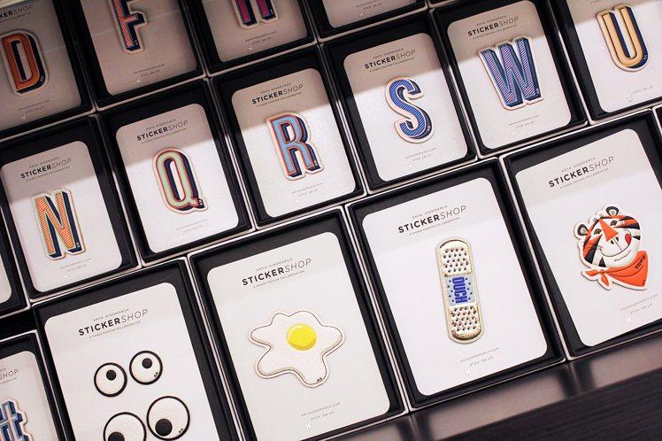 玻璃櫃上貼滿本季最新的羊皮貼紙圖案,可供消費者選購,讓消費者幫自己的包包、配件打...