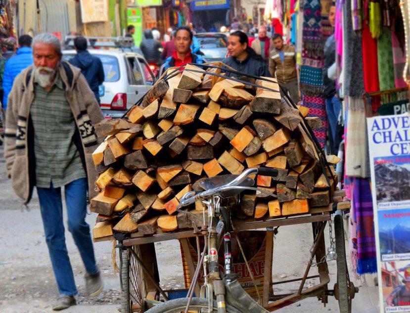 成捆的木材被運送到泰美爾販賣。 圖/作者謝承佑提供