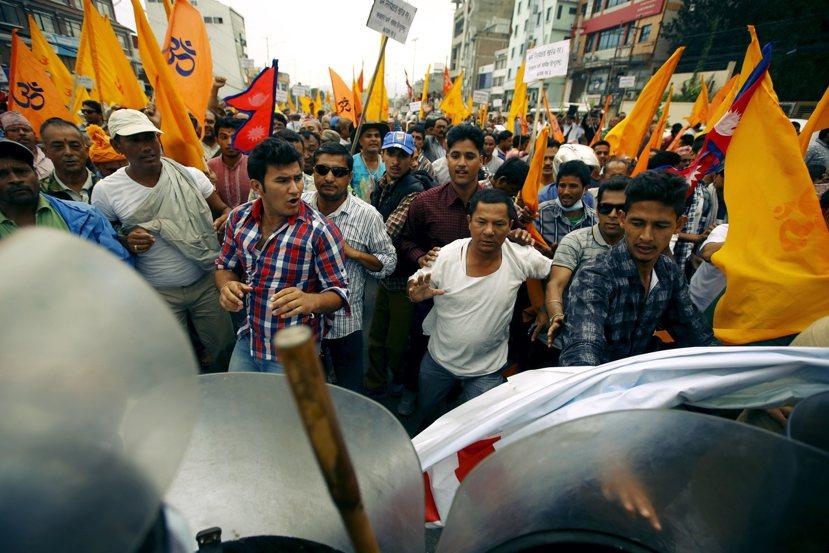禁運之下,尼國油價的飆漲也引發社會恐慌,並逐漸爆發成對印度的國族仇視。圖為反印度...