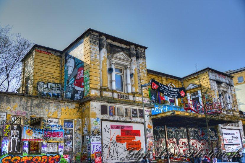 德國漢堡市一座前身為戲院,現為著名合法佔屋地標的「紅花(Rote Flora)」...