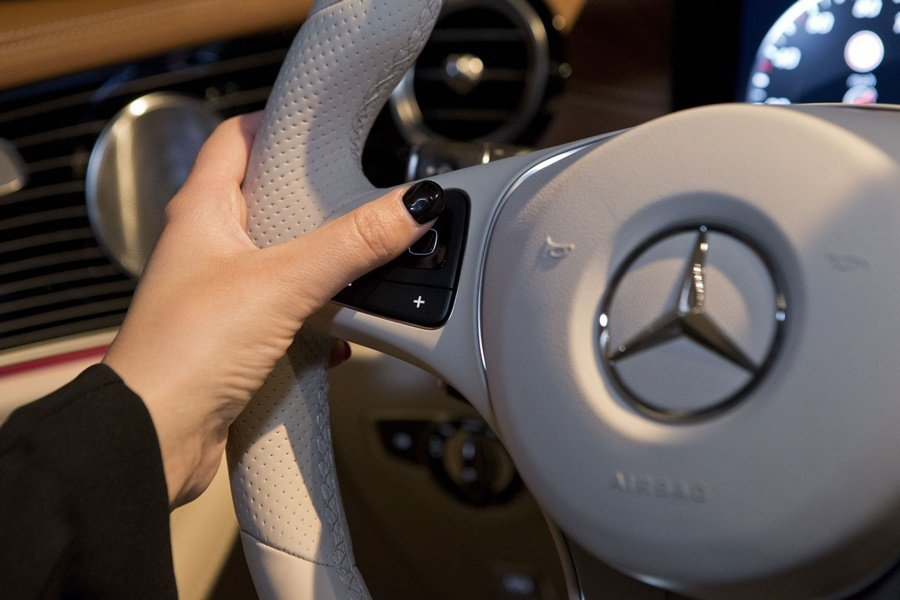 全新E系列配備全世首見的觸控式方向盤按鍵。 圖/Mercedes Benz提供
