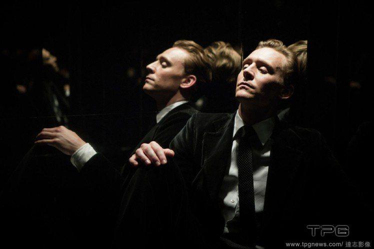 英國男星湯姆希德斯頓在新片《High Rise》中多套西裝造型非常帥氣。圖/達志...