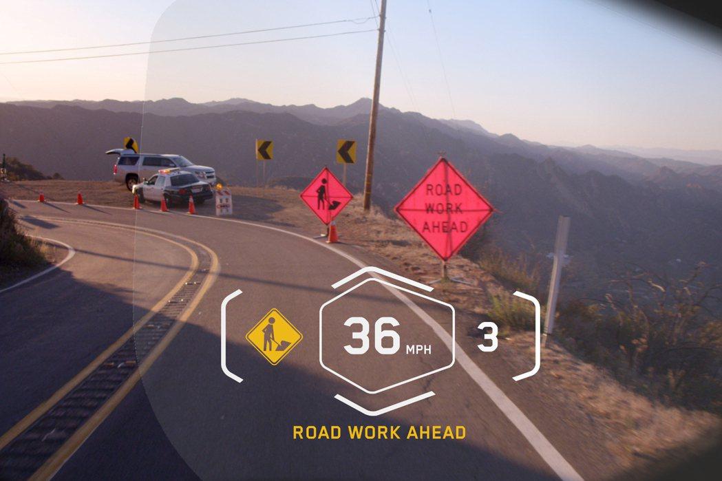 透過HUD顯示幕,可以提供前方路況及行車資訊等。 摘自BMW.com