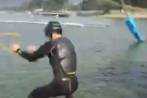 Man力十足的Hero祖雄,今年在臉書直播他的2016新年首滑,滑什麼?可不是溜滑梯,而是挑戰水上衝浪板的滑水啦!祖雄表示,他們的習俗是1月1日要首滑,所以他到了高雄準備完成他的2016滑水首滑,看...