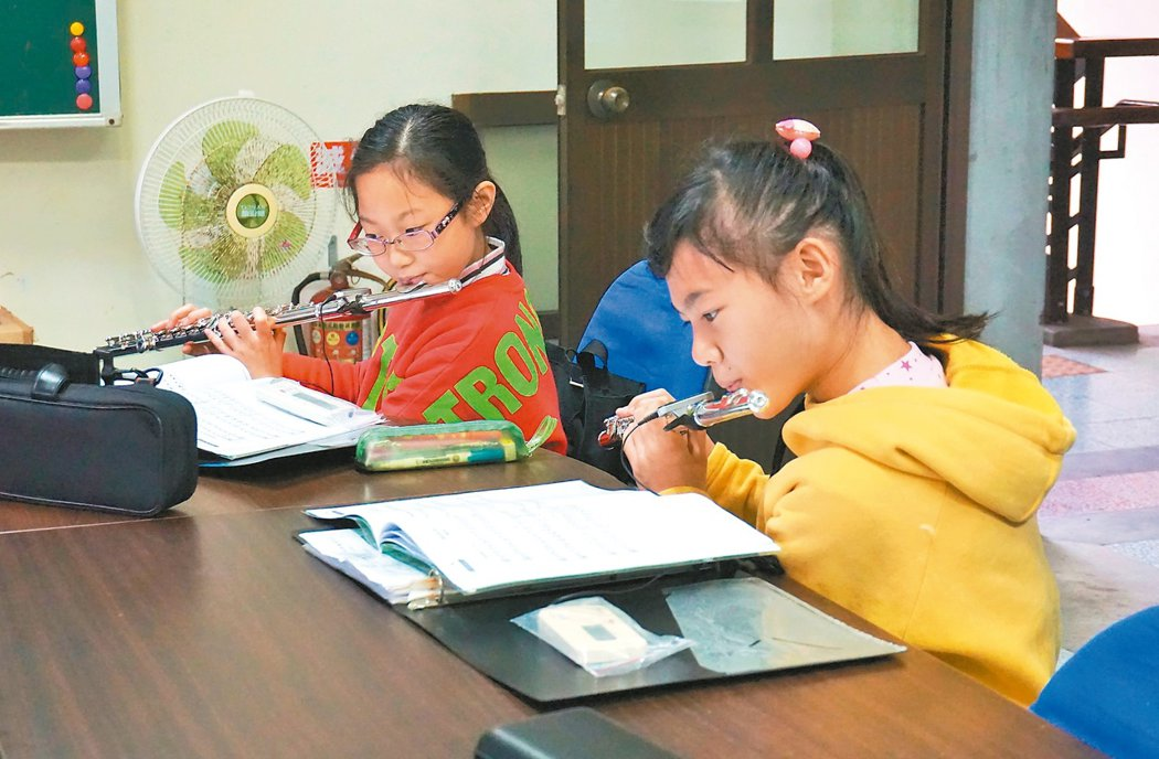 學生每天利用早自習及午休時間進行分組練習。 記者吳佩旻/攝影
