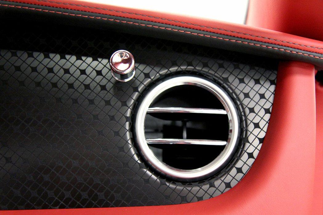 內裝以亮面黑色雕刻飾板處理,搭配黑紅皮革配色,打造熱血風。 摘自Bentley.com