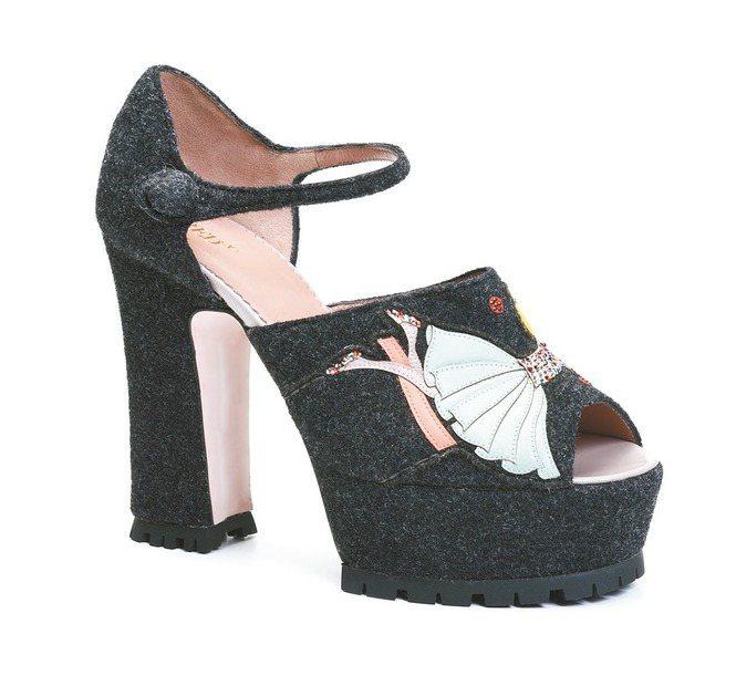 RED(V)灰黑色馬戲團人物造型裝飾氈絨厚底粗跟高跟鞋,售價19,500元。 圖...