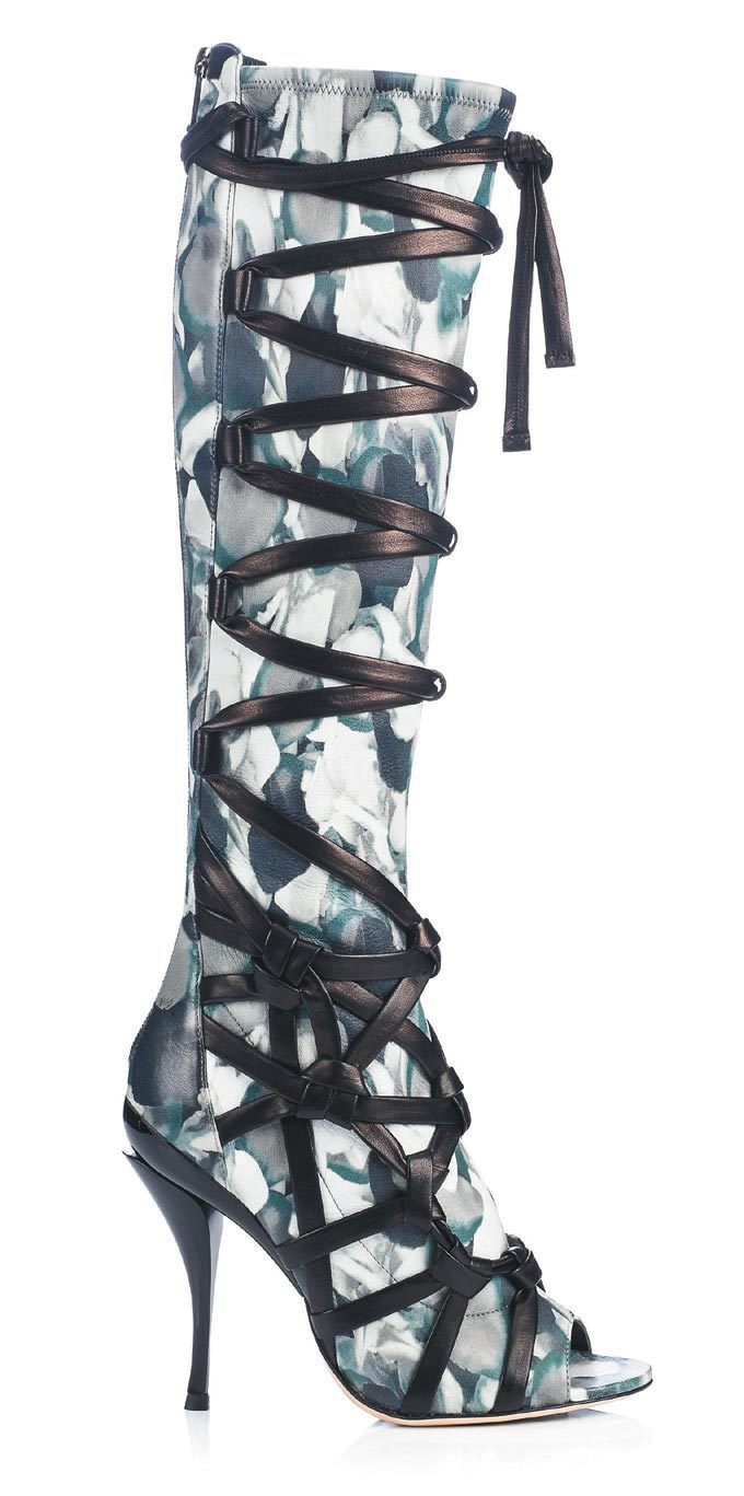 Jimmy Choo以芭蕾舞鞋的綁縛束帶為概念,推出前衛印花的皮革繫帶靴款。 圖...