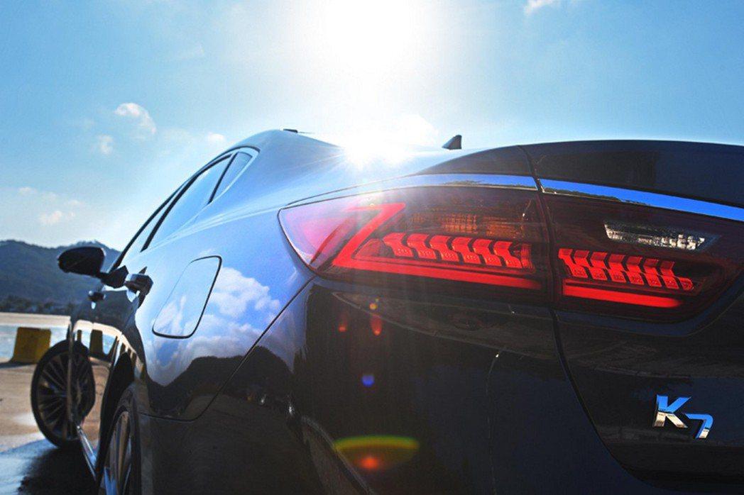 尾燈採用全新Z字型燈條設計,營造科技感。 摘自KIA.com