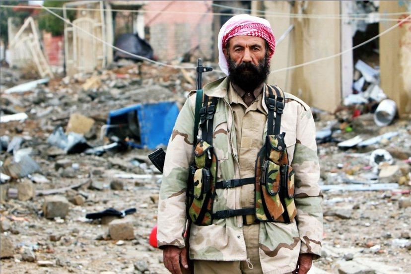 加入庫德敢死隊的雅茲迪戰士;在辛賈(Sinjar)圍城戰中。 圖/路透社