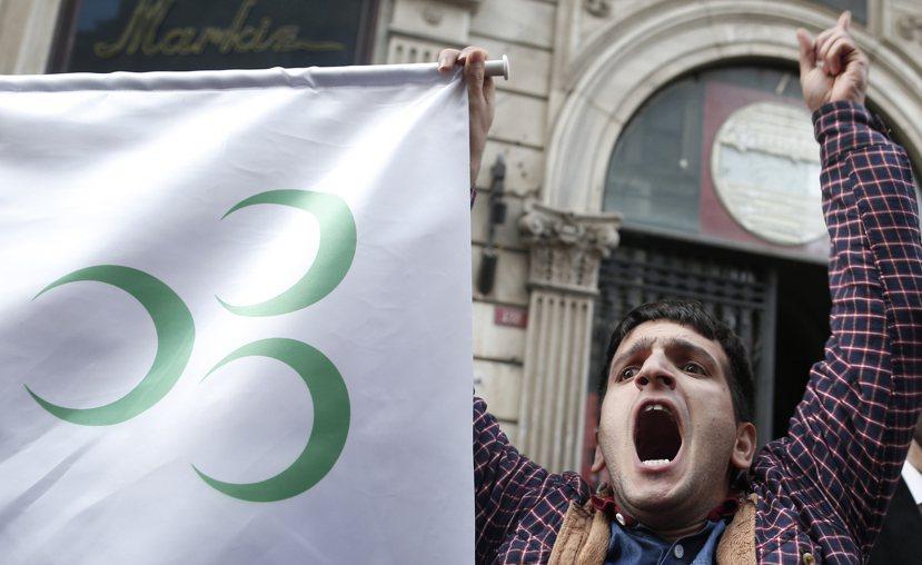 「戰機擊落」事件為土俄恩怨史添加一筆;土耳其極端民族主義者在伊斯坦堡的抗議。 圖...