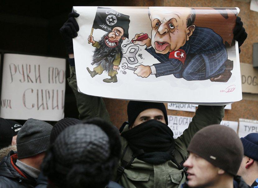 「戰機擊落」事件後,俄羅斯民眾拿著諷刺土耳其總統艾爾多安為伊斯蘭國幕後操控黑手的...