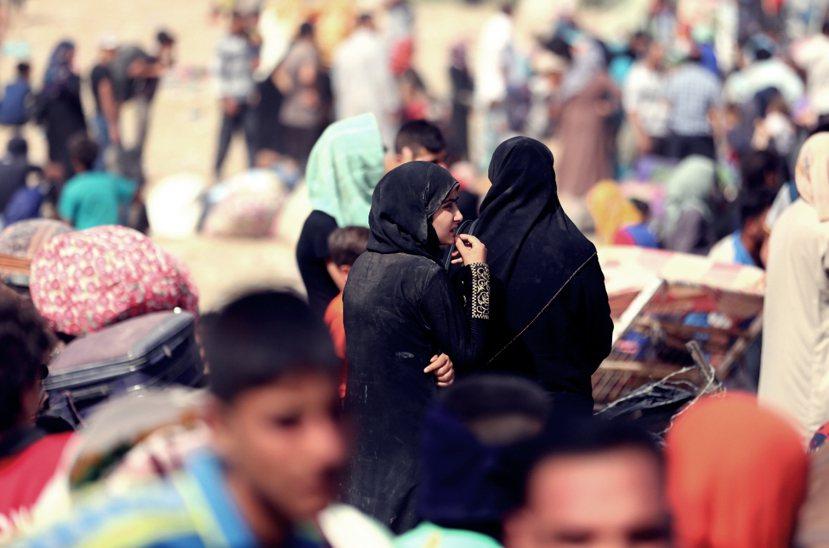拉馬迪圍城戰中,逃竄撤離的伊拉克平民。 圖/美聯社