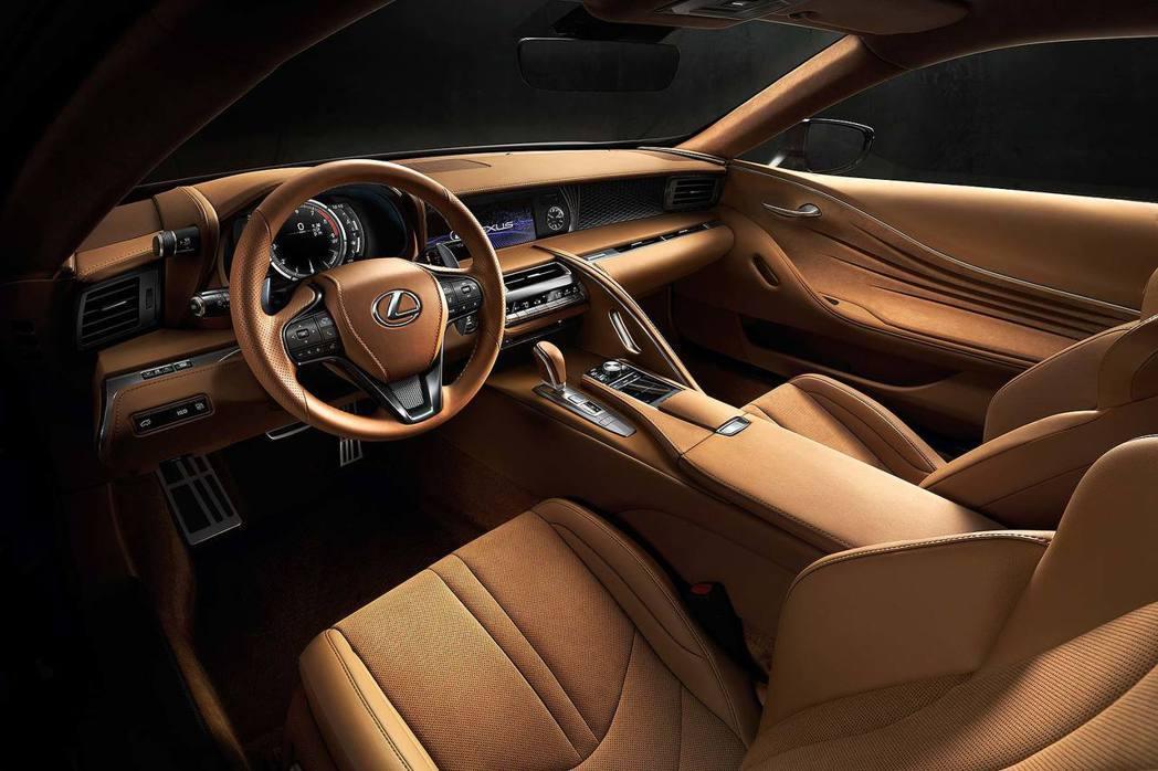 LC 500內裝維持Lexus品牌一貫質感及科技風格。