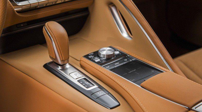 10速自排變速箱也是LC 500的亮點,將帶來更為順暢的駕馭感受。