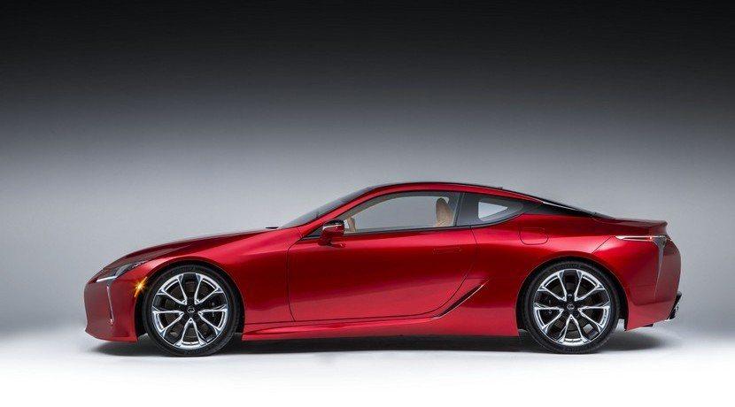 LC 500頗有大型GT跑車氣勢。