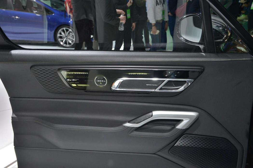 車門上具備螢幕顯示,可提供乘客健康狀況。 摘自KIA.com