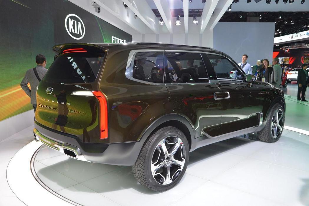 車尾導入直列式LED尾燈設計,下方則有大型雙出鍍鉻排氣尾管。 摘自KIA.com