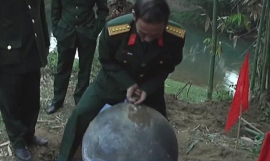 英勇的大哥是在測試圓球是否會爆炸嗎? 摘自BBC.com