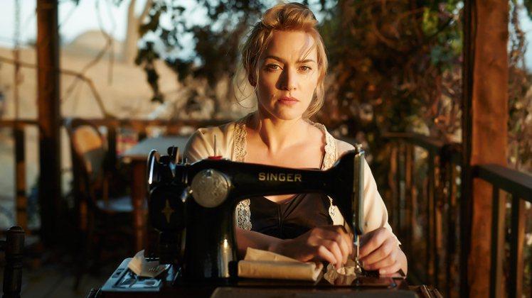 女主角展開復仇計畫,手拎的不是手槍,而是縫紉機。圖/威視電影